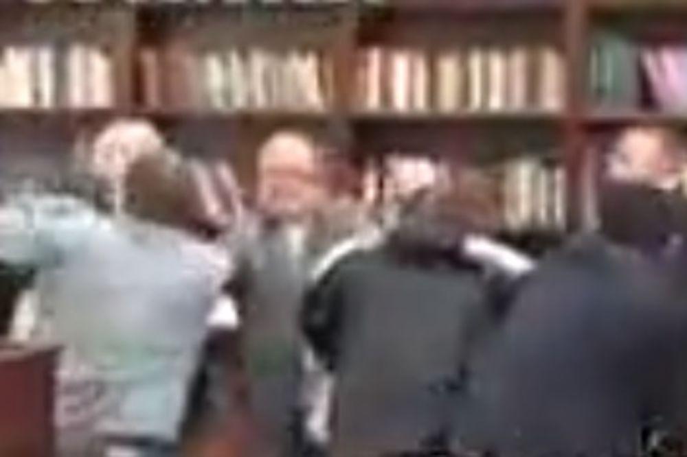 (VIDEO) TEPANJE U SOBRANJE: Pogledajte masovnu tuču makedonskih poslanika!