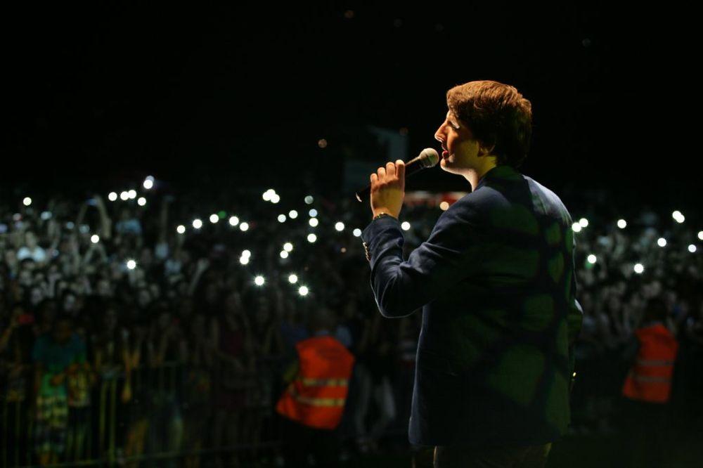 (FOTO, VIDEO) PEVALE I BRENA I ZORICA: Mirza Selimović održao prvi koncert u Srebreniku!