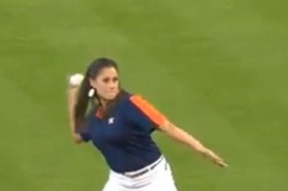 SVE JOJ JE OPROŠTENO: Lepotica se propisno obrukala na bejzbol utakmici (VIDEO)