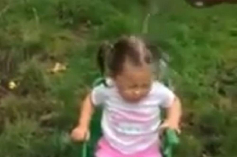 (VIDEO) KOME JE OVO ZABAVNO?! Dvogodišnju devojčicu polili vodom u ledenom izazovu!