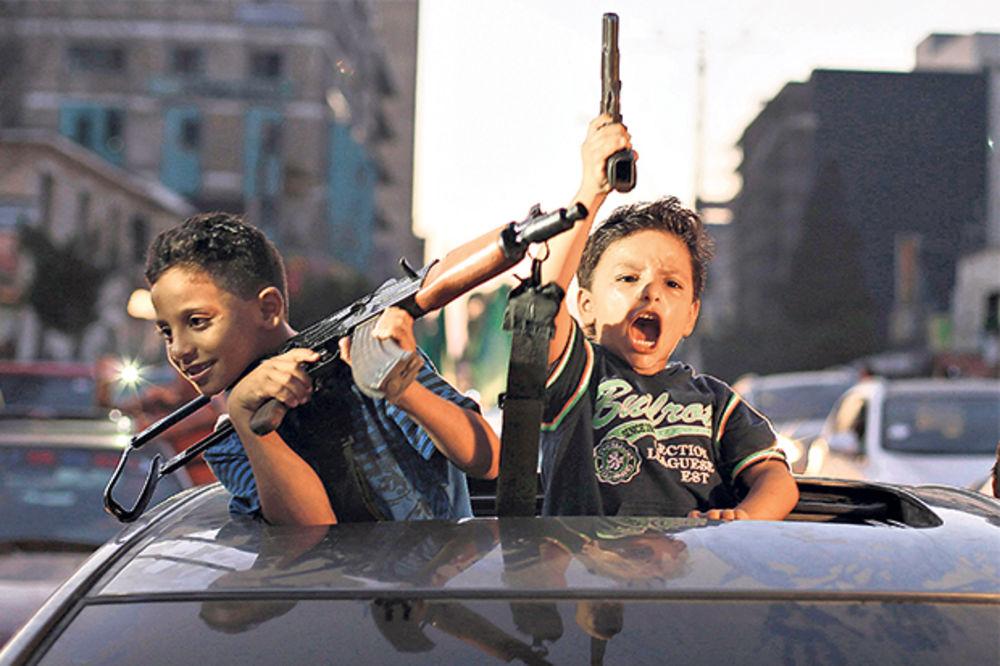 BIZARNO: Palestinci naoružali decu i slavili primirje