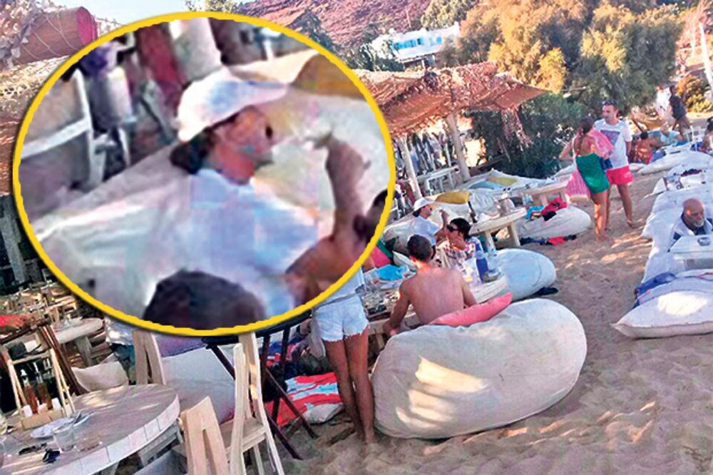 UHVATIO GA MERAK: Haris nateže vino nasred Mikonosa