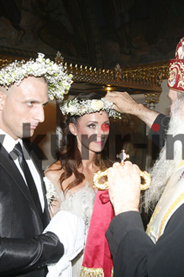 (FOTO) REKLI DA PRED BOGOM: Slađa i 15 godina mlađi Milan venčali se u crkvi Ružica!