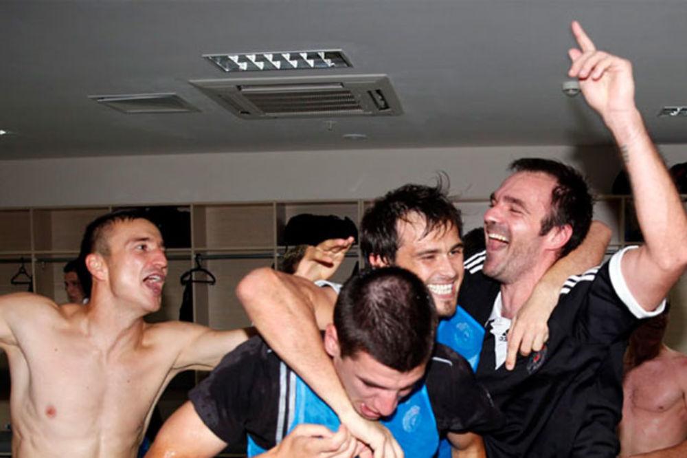 (FOTO) VELIKA RADOST: Pogledajte slavlje u svlačionici Partizana zbog ulaska u Ligu Evrope