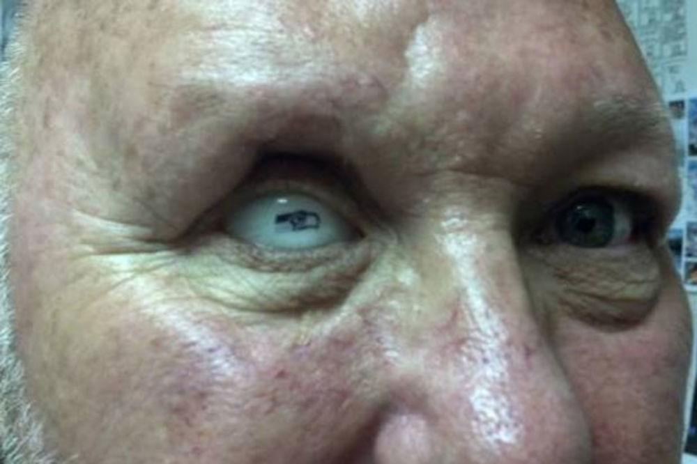 (VIDEO) NAJLUĐI NAVIJAČ: Amerikanac od supruge dobio stakleno oko sa grbom Sijetl Sihoksa