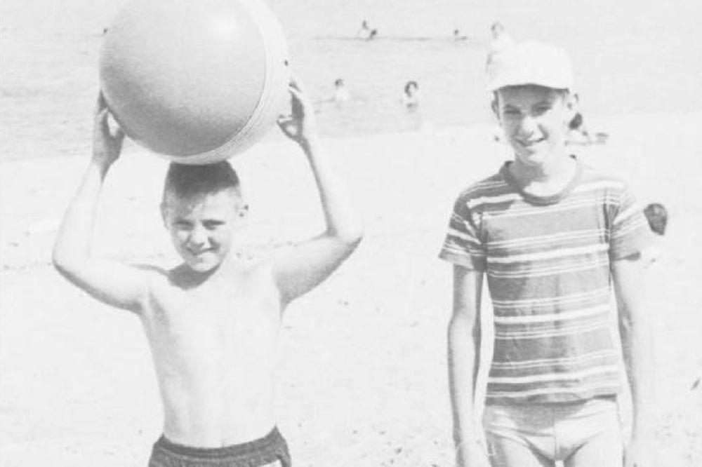 IMA NEKA TAJNA VEZA: Prijatelji iz detinjstva saznali da su rođena braća!