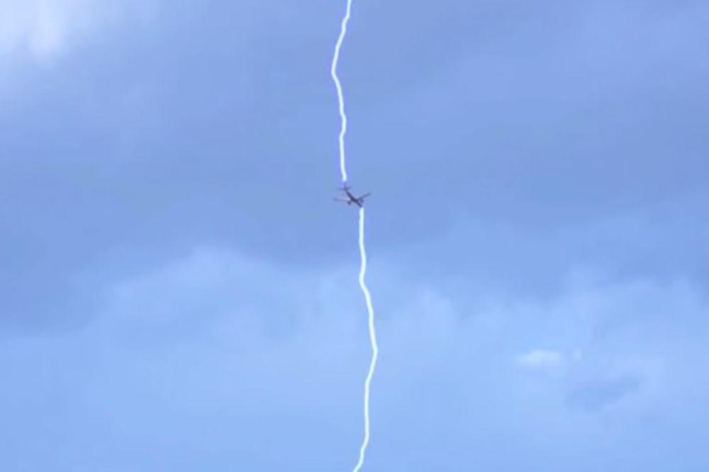 (VIDEO) DRAMA U VAZDUHU: Ovako izgleda kada avion udari munja!