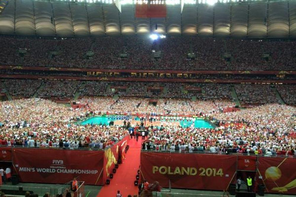 STAV MIRNO ZA SRPSKU HIMNU: Pogledajte kako je 62.000 Poljaka pozdravilo Bože pravde