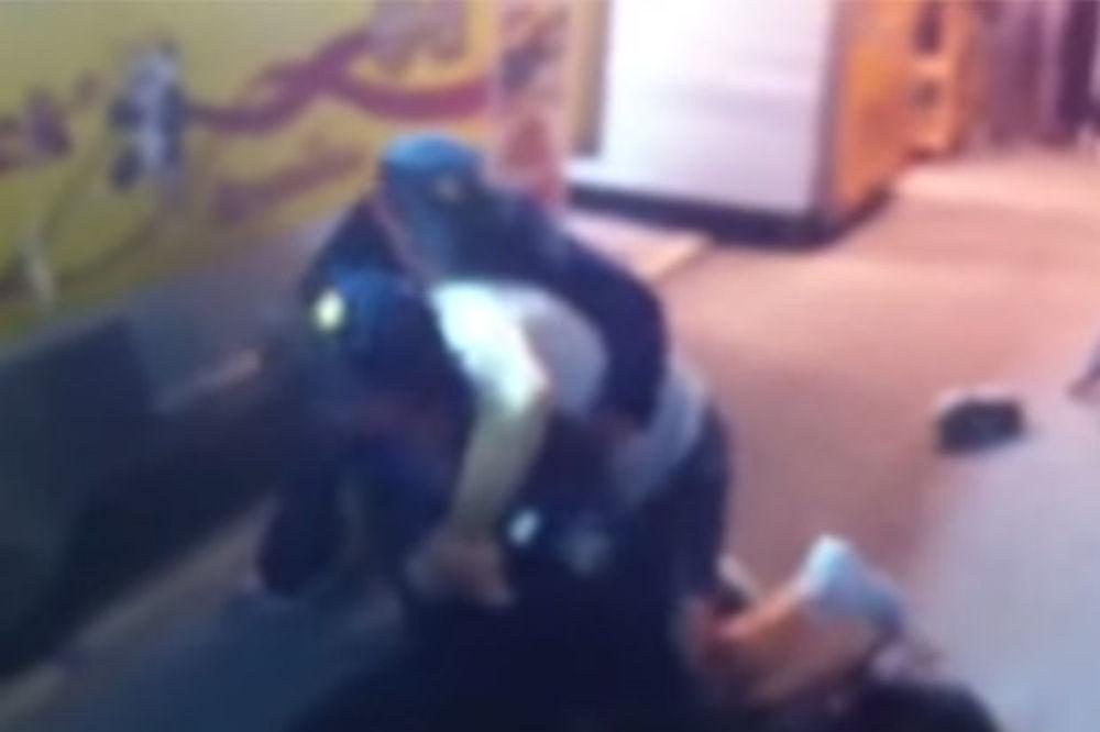 (VIDEO) HOROR U VARAŽDINU: Podivljali prodavač siktao na policajce i ujedao ih