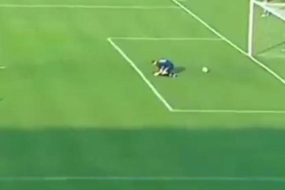 (VIDEO) PRESMEŠNO: Golman Rada primio gol kroz ruke i noge!