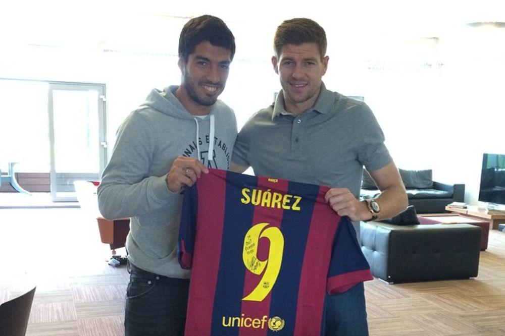 DONEO POKLONE: Suarez se vratio u Liverpul sa dresom Barselone
