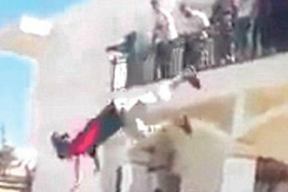 Islamisti okupirali ambasadu SAD i skakali u bazen!