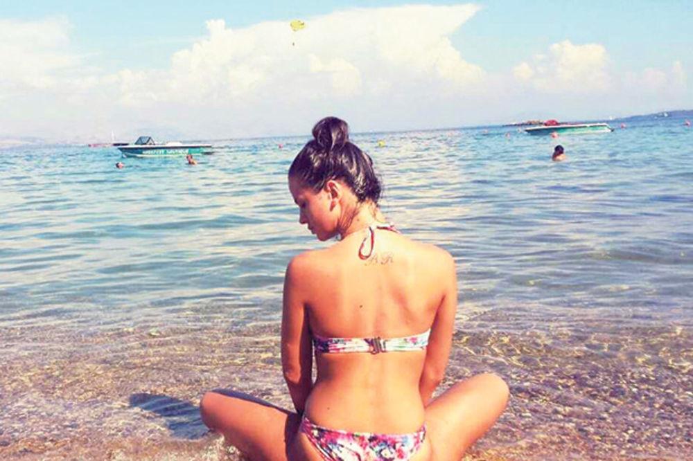 SEKS-BOMBA NA MORU: Milica Pavlović samuje na plaži