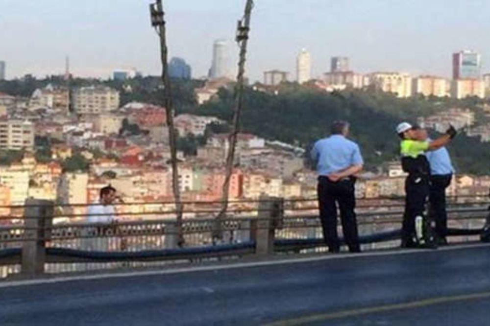 SKANDAL U TURSKOJ: Policajac snimao selfi umesto da pregovara sa samoubicom!
