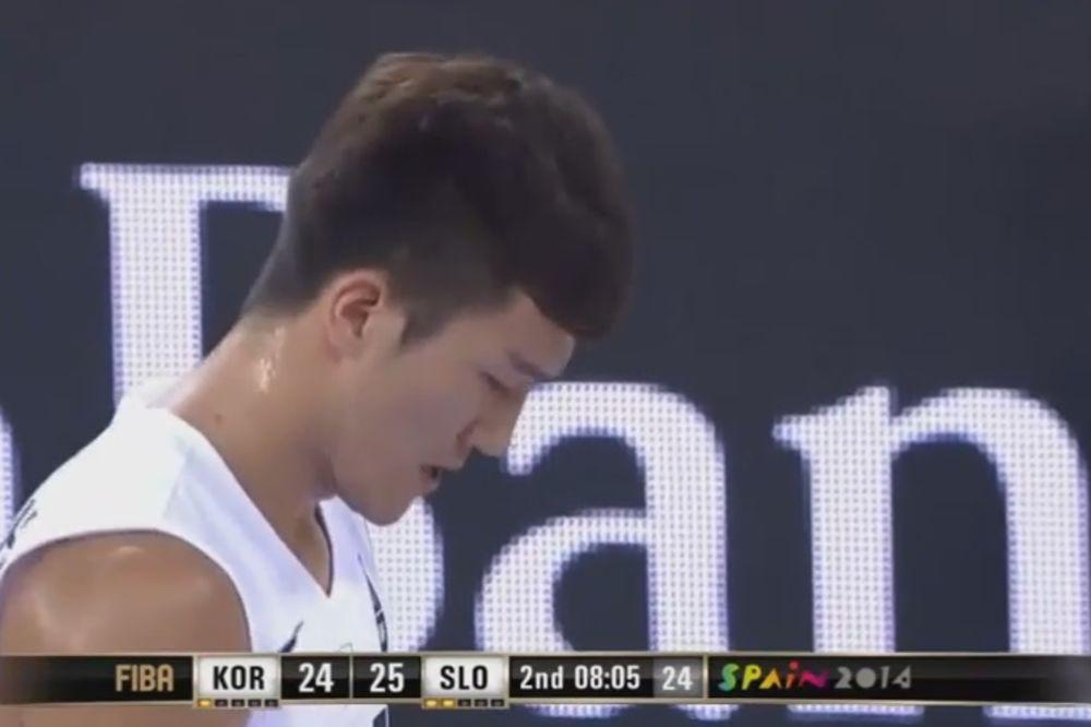 (VIDEO) ON TO RADI NA SVOJ NAČIN: Korejac na Mundobasketu šutira bacanja pomoću table