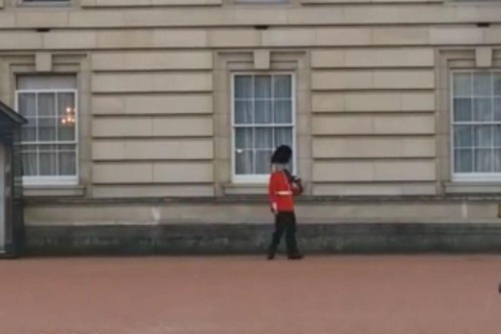 (VIDEO) ODUŠEVIO TURISTE: Gardista zaplesao ispred Bakingemske palate!