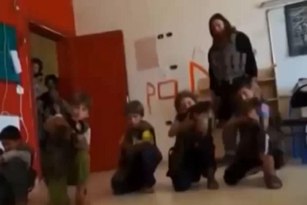 (VIDEO) VEĆA PUŠKA OD NJIH: Ovako ISIL uči decu da ubijaju i seku glave!
