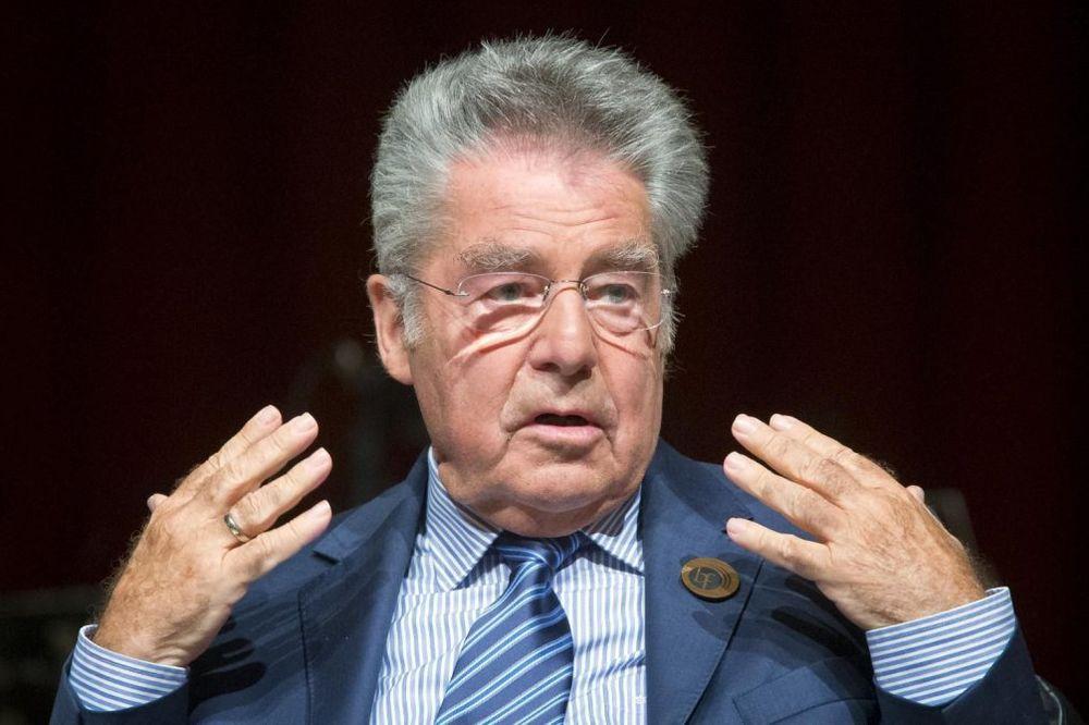 POLITIČARI SE SROZALI: Austrijanci veruju još samo predsedniku Fišeru!