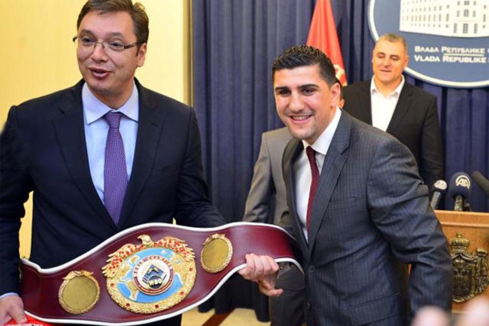 PREMIJER UGOSTIO SLAVNOG SPORTISTU: Vučić sa bokserskim šampionom Muamerom Hukićem