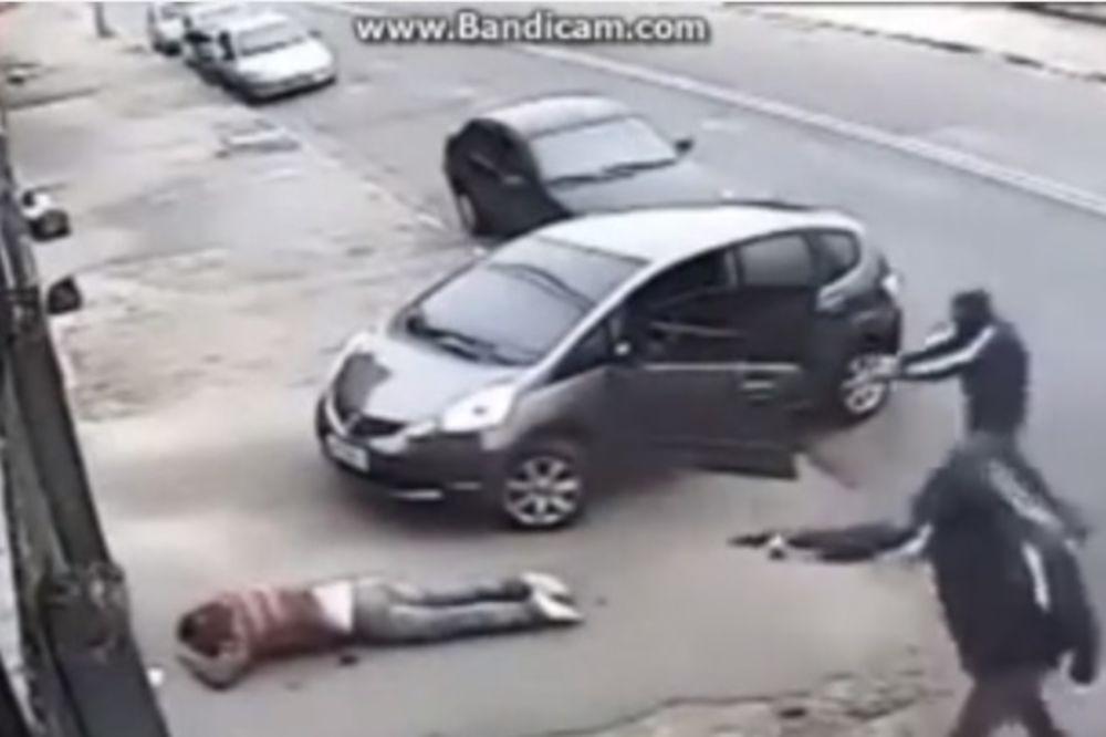 (UZNEMIRUJUĆE) SNIMLJENO UBISTVO: Maskirani napadači rešetaju i overavaju, žrtvi nisu dali šansu!