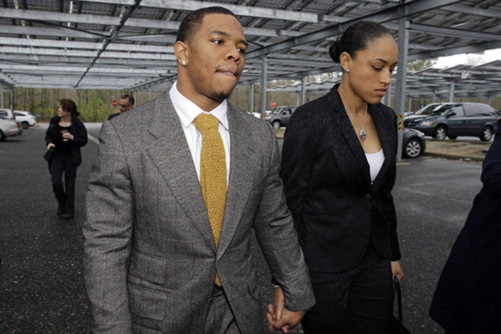 UZNEMIRUJUĆI VIDEO: NFL igrač nokautirao devojku i ostao bez 50 miliona, ali se ona udala za njega