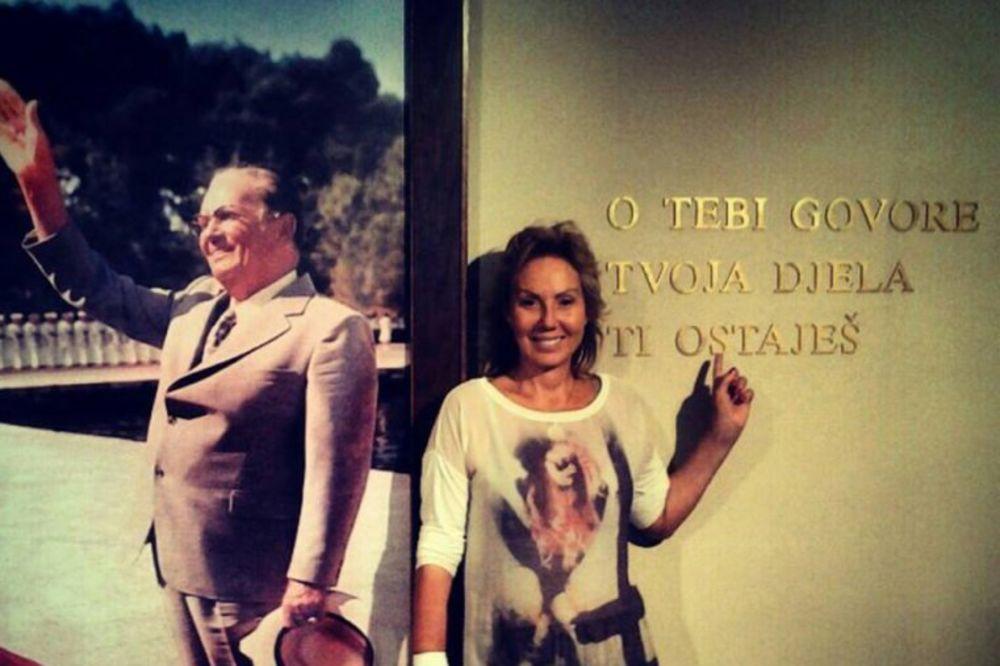 JUGOSLOVENKA: Lepa Brena se slikala s Titom