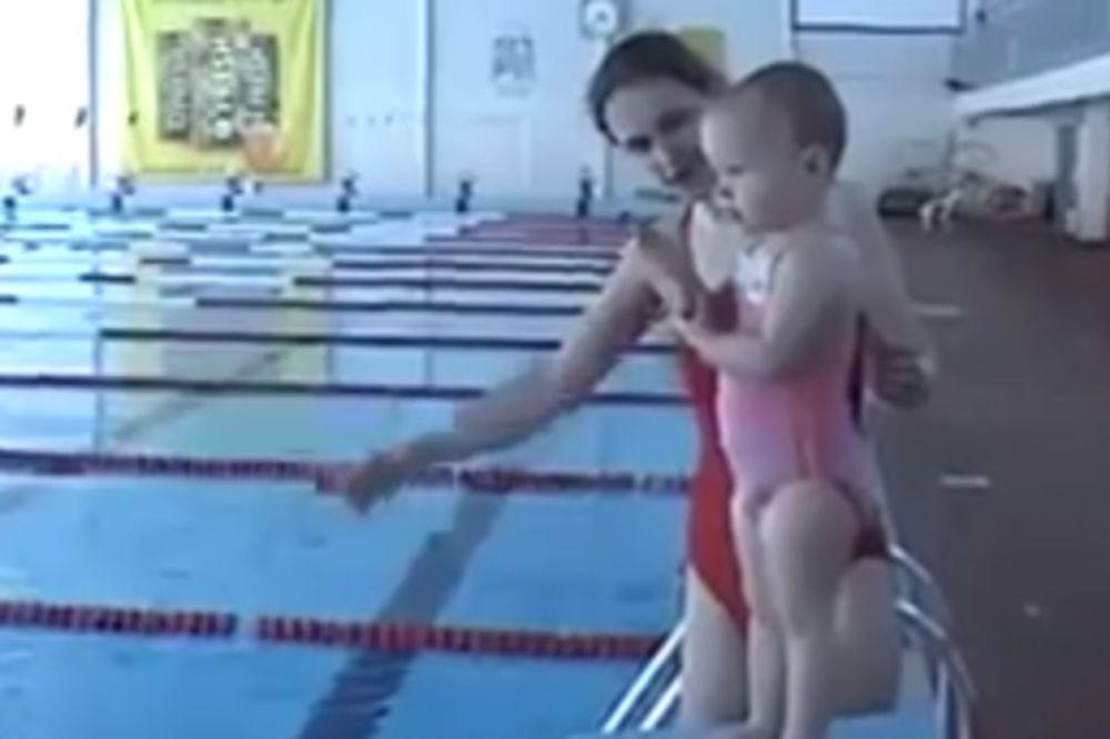 (VIDEO) OVA BEBA ĆE VAS ODUŠEVITI: Nema ni dve godine, a već roni, pliva, skače u vodu!