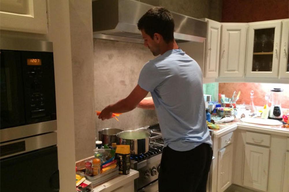 VRATIO SE KUĆI: Novak se dobro snalazi u kuhinji!