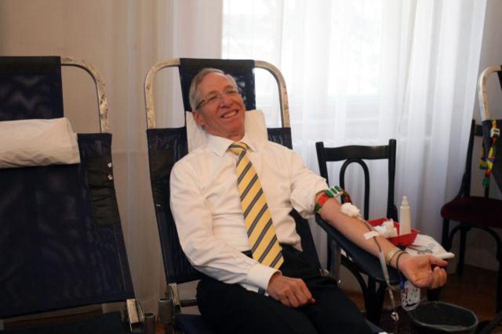 HUMANOST NA DELU: Američki ambasador Majkl Kirbi sa saradnicima dobrovoljno dao krv!