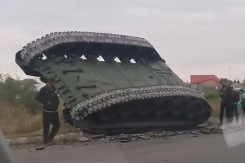 KAD RUS VOZI TENK: Vozač oštro ušao u krivinu i slupao T-72!