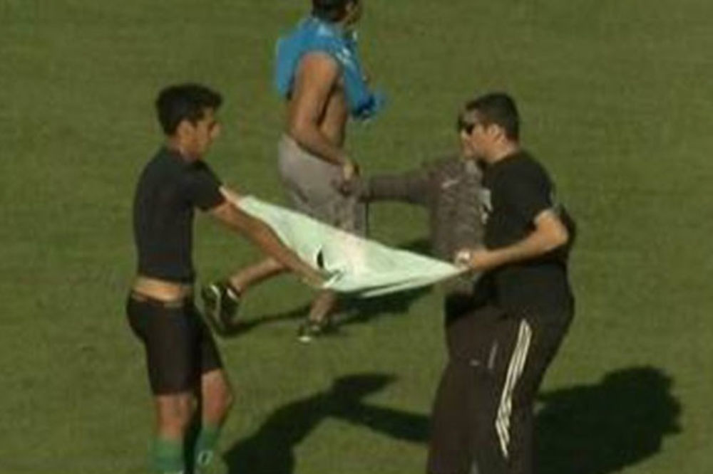 (VIDEO) ODNELI MU DRES I ŠORTS: Huligani utrčali u teren i skinuli fudbalera