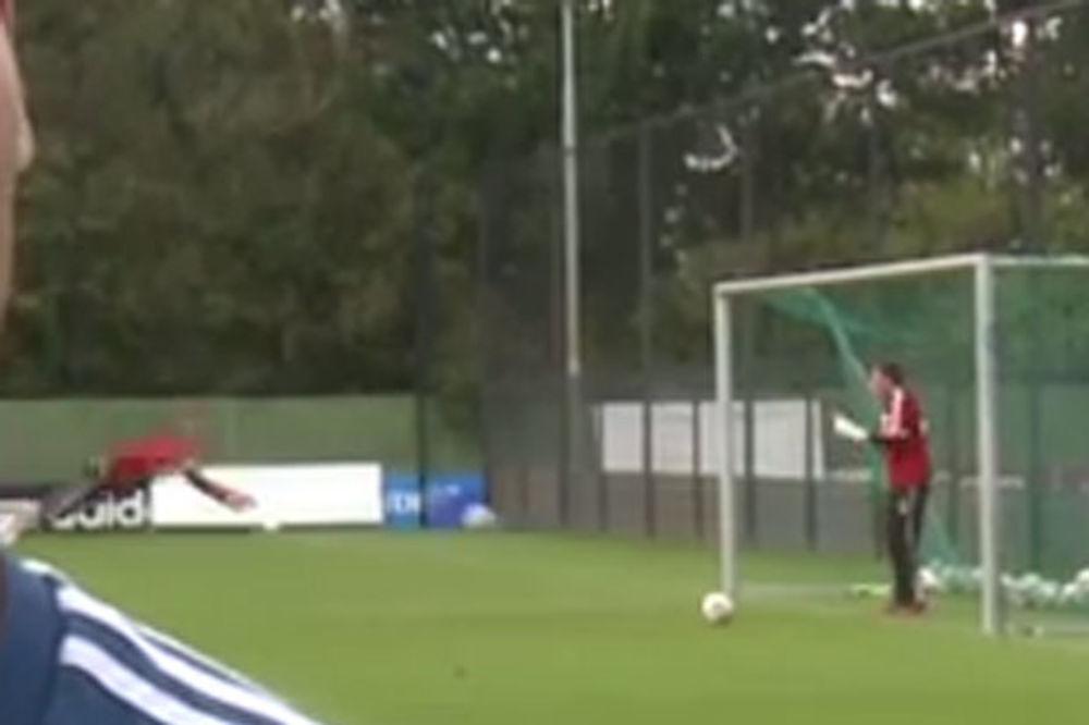 (VIDEO) KAO RASNI GOLGETER: Golman Ajaksa glavom daje golove!