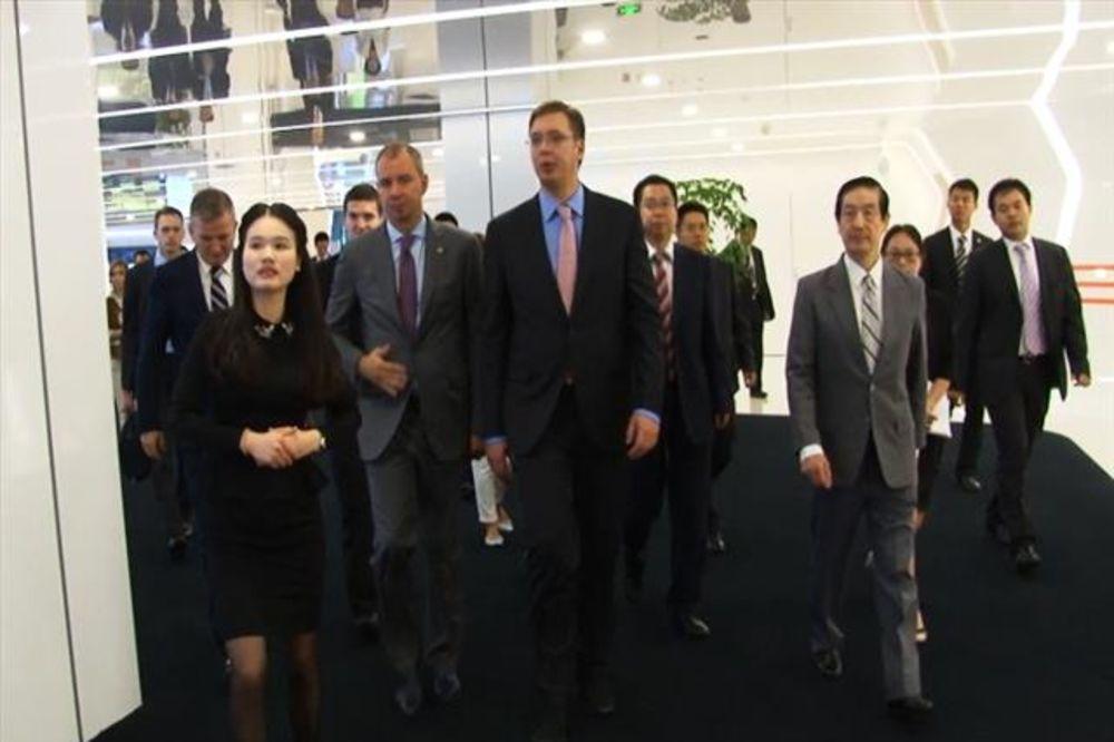 POSETA KINI: Vučić obišao Huavei i razgovarao sa srpskim studentima