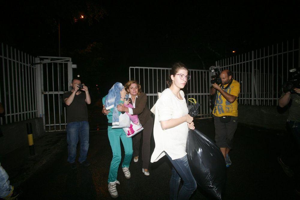 OVO SU SAUČESNICE MILIĆEVA ISPRED CZ: Sve pokrile glave osim Tamare, Milica psovala novinare! (FOTO)