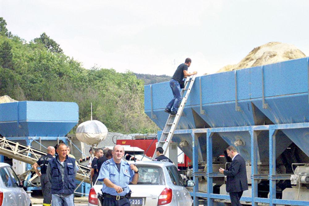 RADNIK ZATRPAN PESKOM: Čistio separator, kolega greškom istovario kamion