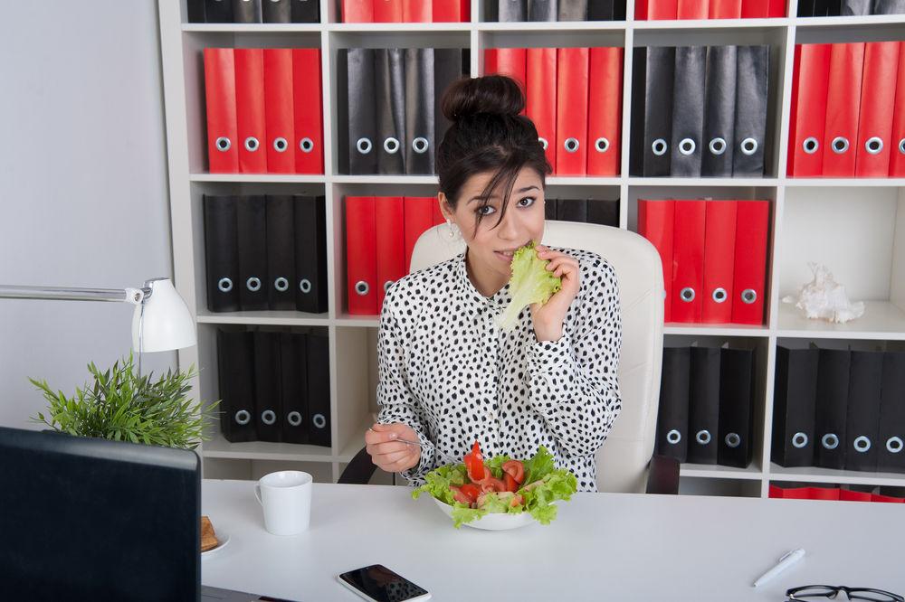 PREPOZNAJ I POMOZI: 8 znakova da tvoja prijateljica ima poremećaj u ishrani