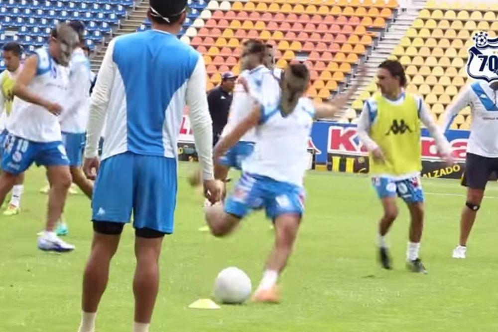 IMITIRAJU VUKOVE: Fudbaleri Pueble nose maske na treningu da bi se spremili za Ronaldinja