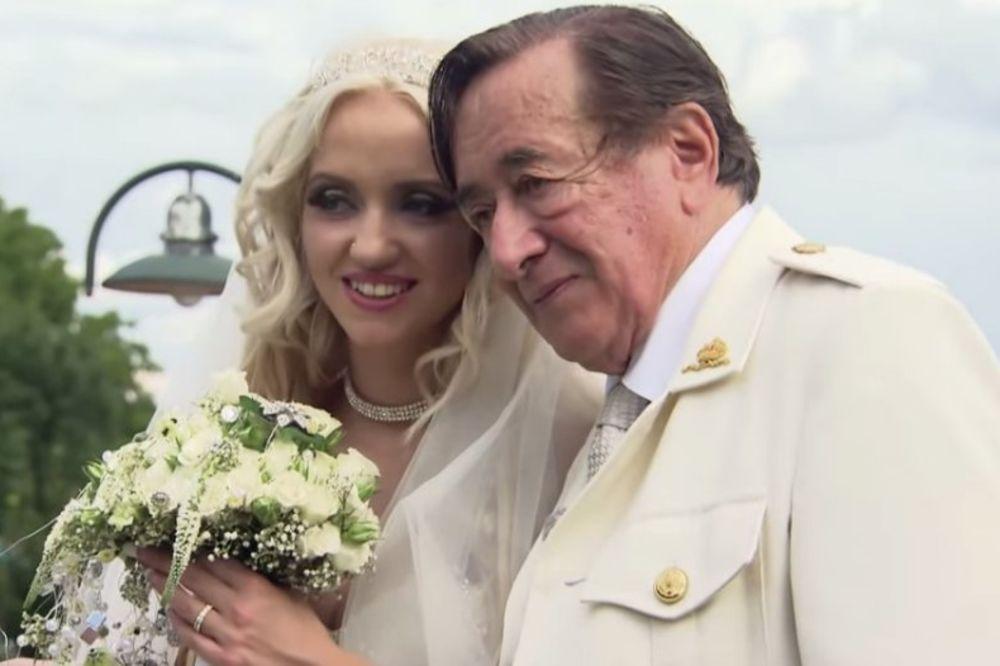 KRATKO JE TRAJALO: Milioner se razvodi od 57 godina mlađe supruge!