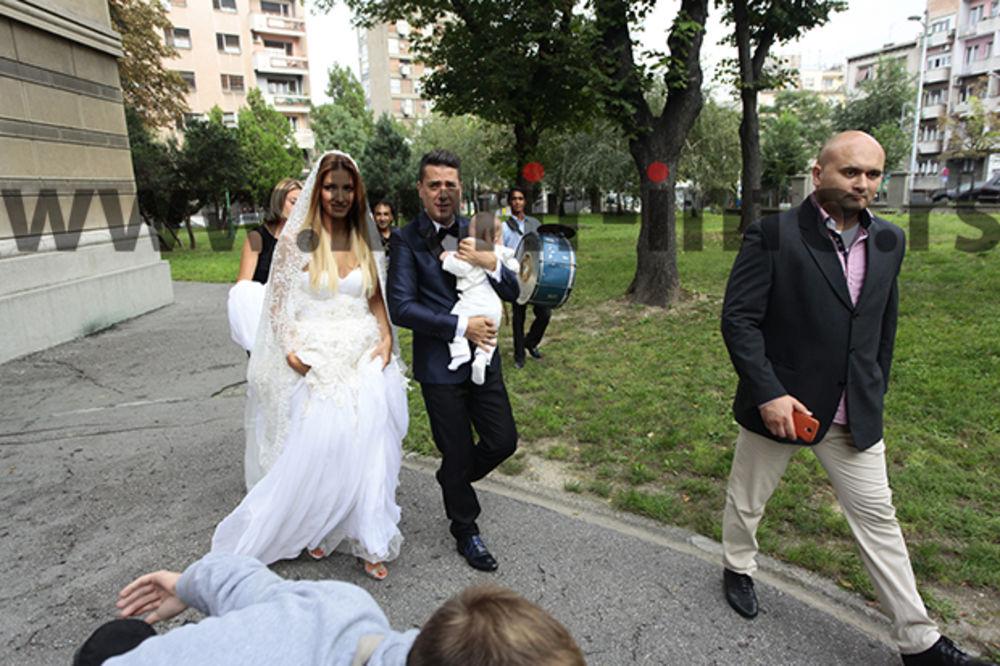 (FOTO) REKLI DA I PRED BOGOM: Jovana i Željko se venčali u crkvi na Dorćolu!