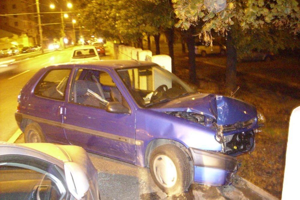 PREŠAO U SUPROTAN SMER: Automobil udario u ogradu Gradske bolnice, povređen vozač