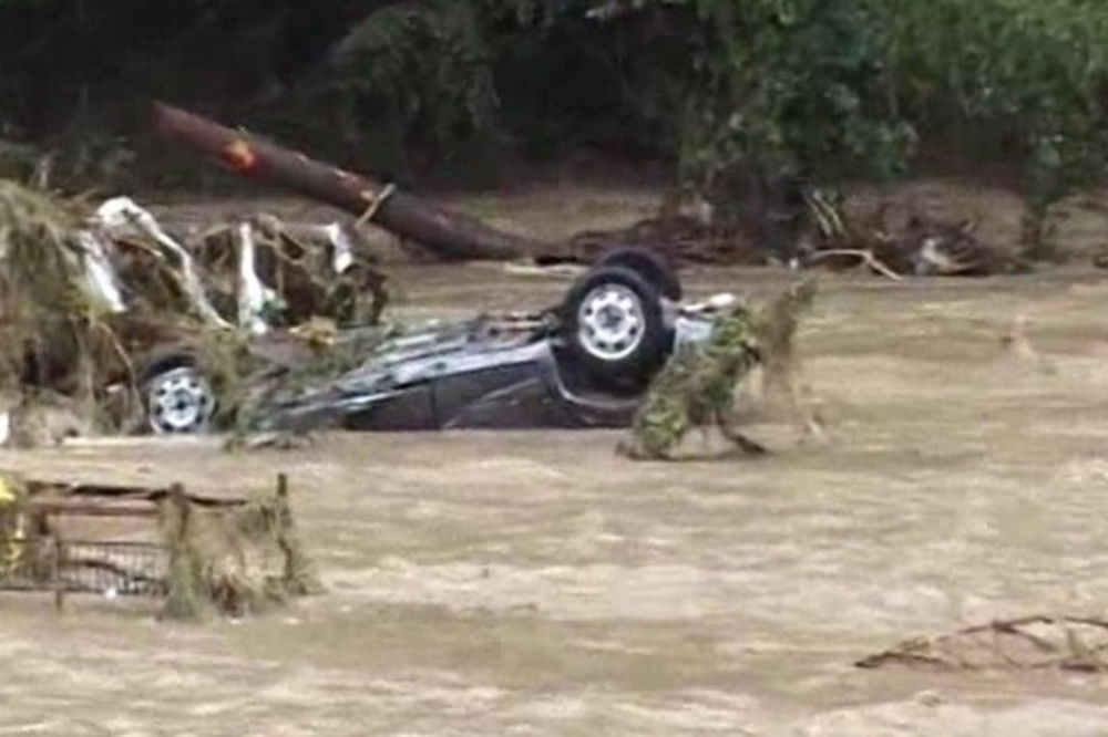 (VIDEO) UŽIVO POPLAVE Evakuisano 500 ljudi, najteže u selu Grabovac!
