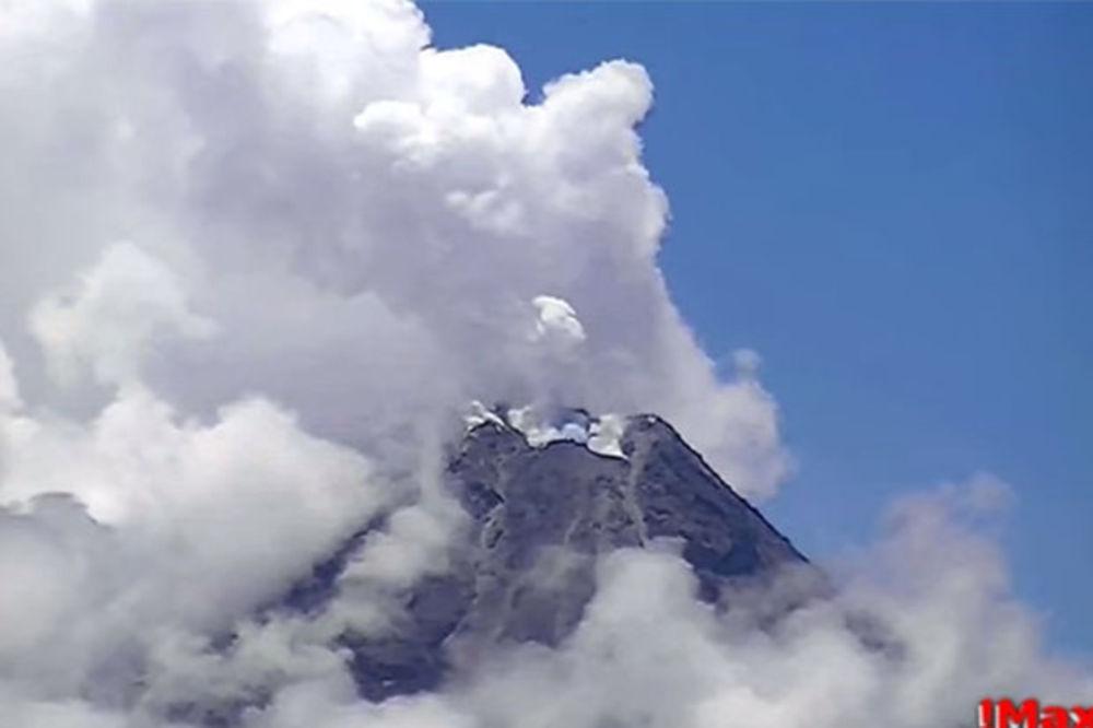 (VIDEO) PRED ERUPCIJU: Vulkan Majon ispušta gasove i izliva lavu
