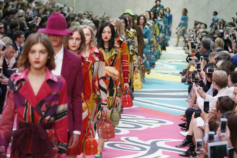 (FOTO, VIDEO) NEDELJA MODE U LONDONU: Jarke i vesele boje u stilu 70-ih!