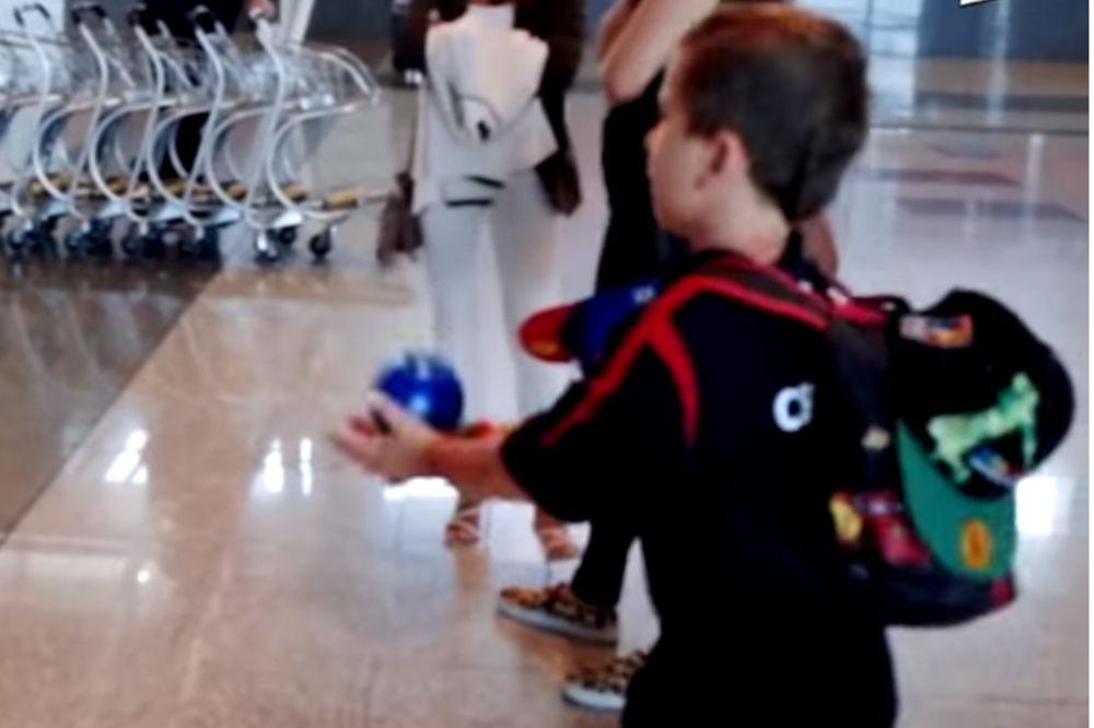 IGRA NE PRESTAJE: Pogledajte kako se sin Raška Katića dodaje sa košarkašima Srbije
