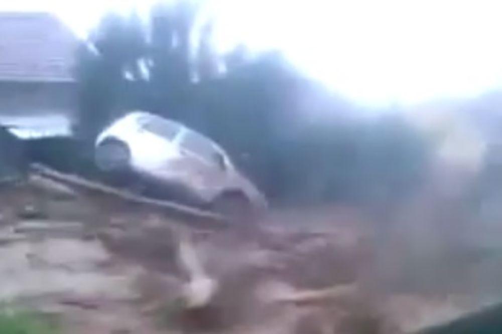 ZASTRAŠUJUĆA SILA: Reka mulja baca automobile i stabla u Tekiji