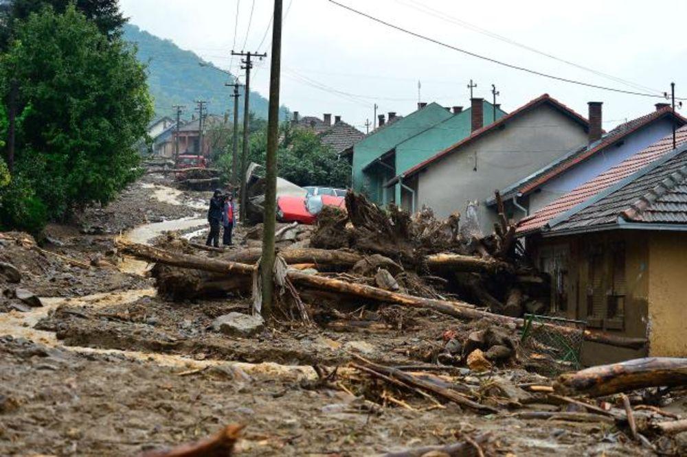 UŽIVO POTOP NA ISTOKU SRBIJE: Probijen put prema Kladovu, Tekiji hrana i voda stigle brodom