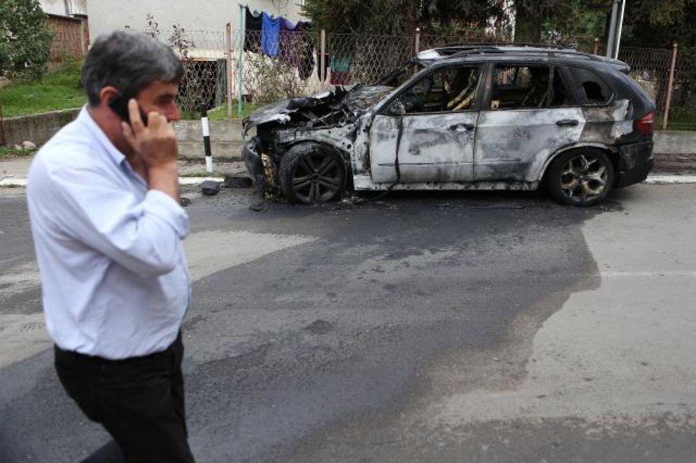 KOSOVSKA MITROVICA: Privredniku na prakingu zapalili BMW!