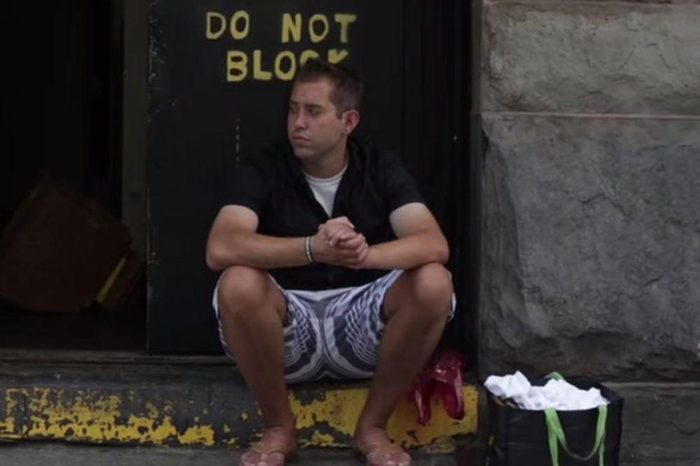 SPAVA NA TROTOARU, A STALNO MENJA PARTNERKE: Beskućnik - žigolo svako veče spava sa drugom ženom!