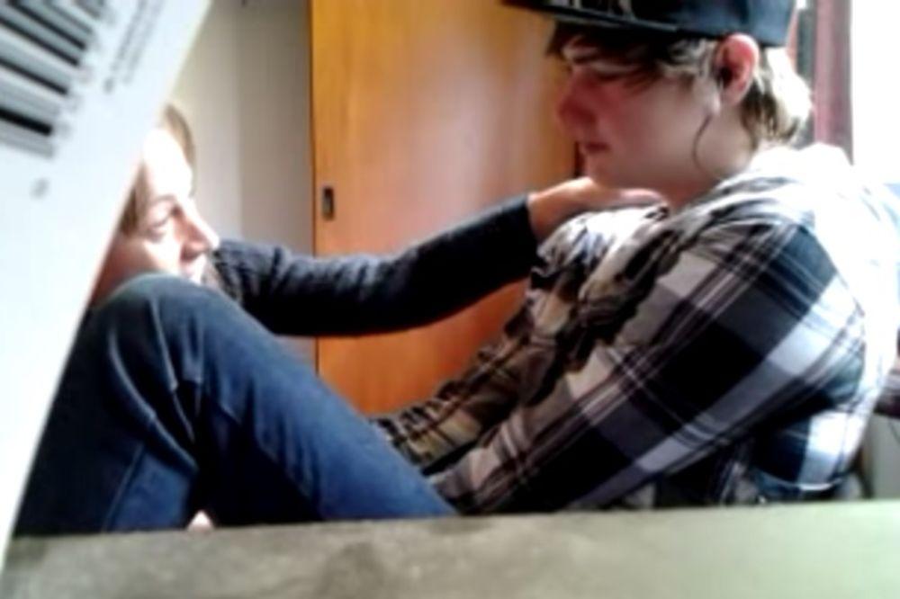 (VIDEO) Rekao majci da je gej, ali ona ga je svojim priznanjem više šokirala...