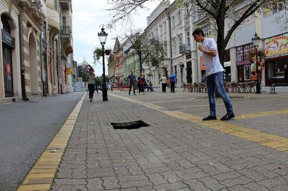 SAMO JE MIRNO ŠETAO: Pešak propao kroz rupu na korzou u Subotici!